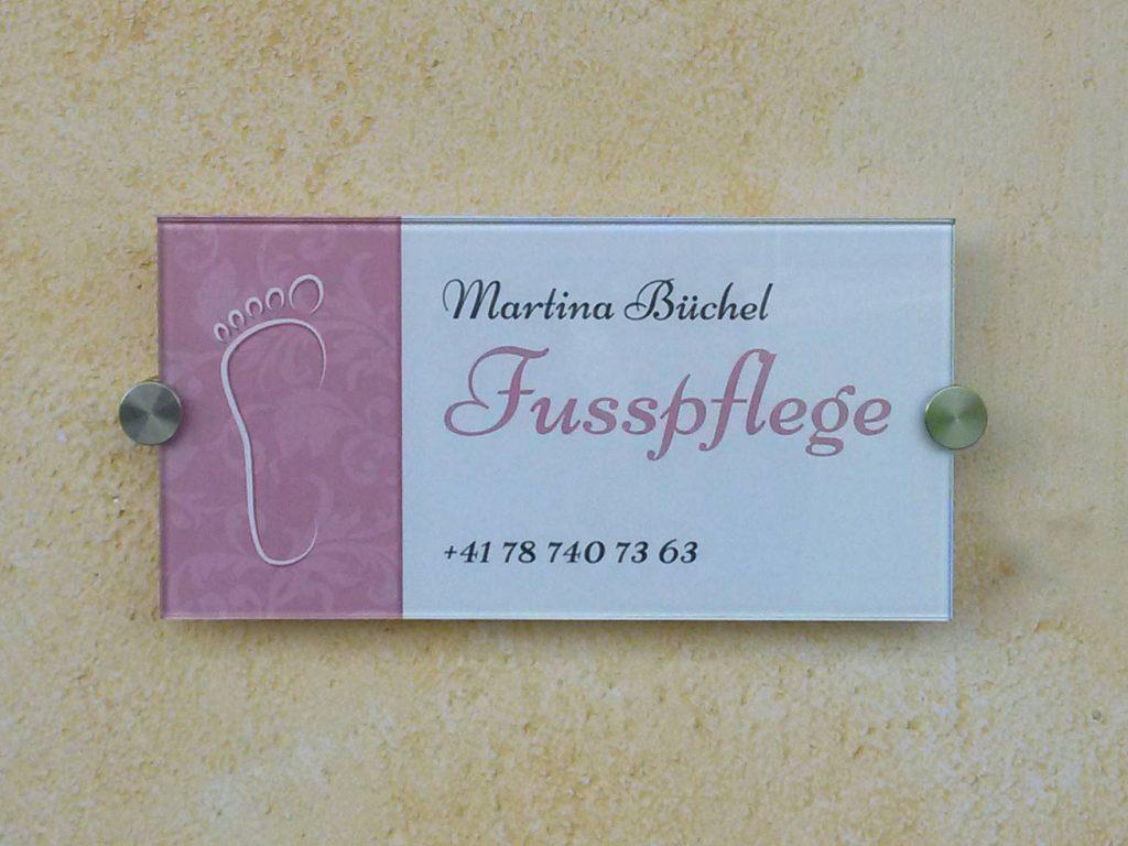 Beschriftetes Türschild aus Glas für Martina Büchel Fusspflege