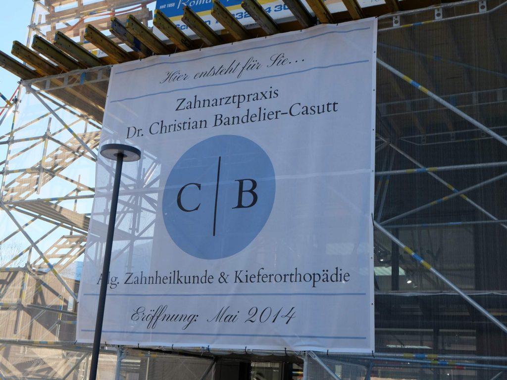 Werbeplane am Mühleholzmarkt für die neue Zahnarztpraxis in Vaduz