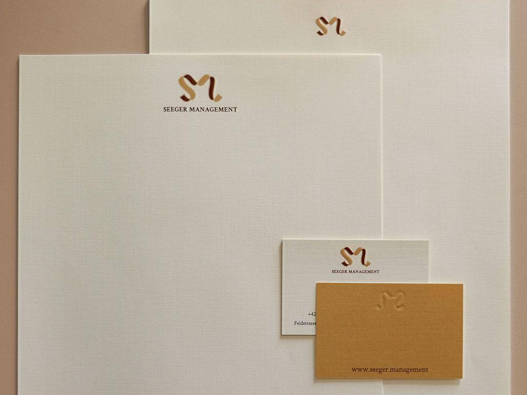 Briefpapier und Visitenkarten von Seeger Management